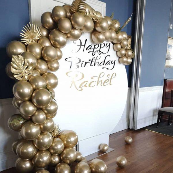 circle balloon backdrop with gold balloons