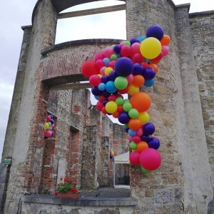 balloon cluster install with balloons on building